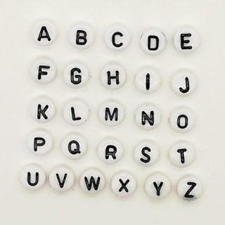 Witte alfabet letter kraaltjes plat rond 7mm sleutelhangers met naam zelf maken