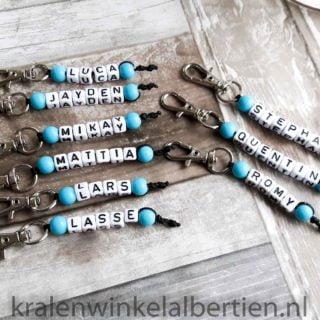 Sleutelhanger traktatie Basic blauw met naam letterkralen naamsleutelhanger traktaties school