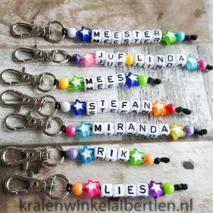 Sleutelhangers met naam gekleurd witte letterkralen
