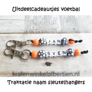 Uitdeelcadeautjes voetbal oranje naam sleutelhanger
