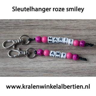 Sleutelhanger traktatie roze letterkralen naam