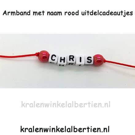 Armbandjes letterkralen rood elastiek zelf sieraden maken