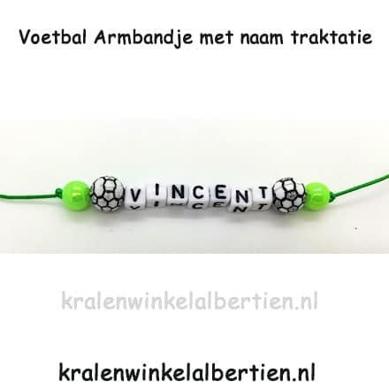 Uitdeelcadeautjes armbandjes trakteren op school groen voetbal jogens