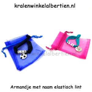 Armbandjes op elastiek lint met organza zakje voetbal hartje you & me