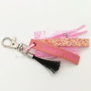 Naamsleutelhanger paardenhaar resin art zelf maken glitter leer roze