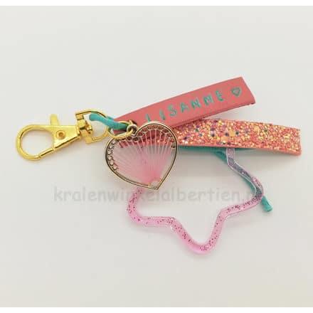 Gouden sleutelhanger met naam groen roze bedeltjes epoxy resin art sieraden