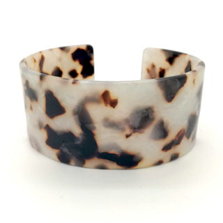 Mooie trendy armband 28mm breed open cuff resin leopard