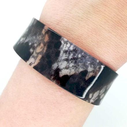 Brede slangenprint armband open cuff kunststof trendy