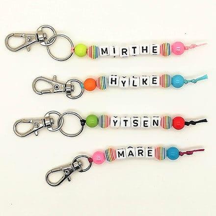 Sleutelhangers met naam regenboog gekleurd zelf maken en kant en klaar