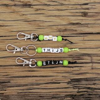 Groene sleutelhanger met naam letterkralen uitdeelkadootje