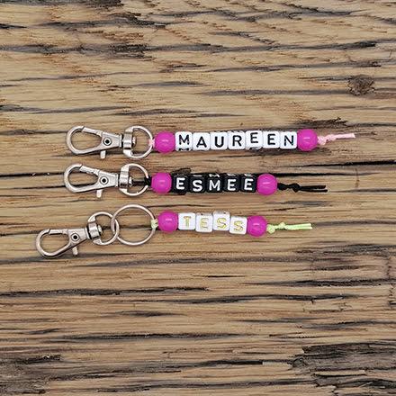 Roze sleutelhangers met namen uitdeelcadeau