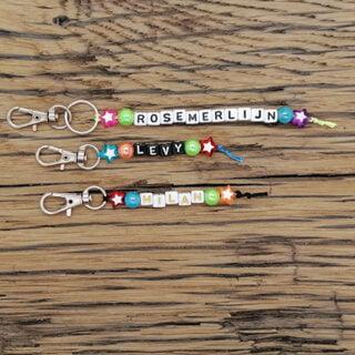 Naamsleutelhangers met ster letterkralen gekleurd