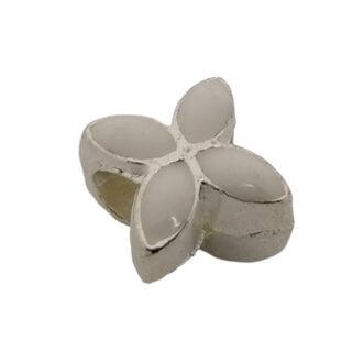 Witte bloem kralen zilver metaal groot rijggat
