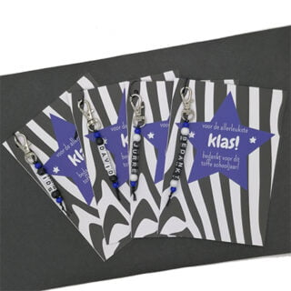 Zebraprint kaartje sleutelhangers met naam blauw traktatie